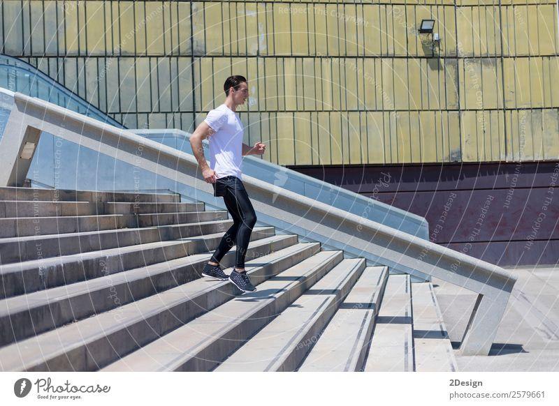 Muskulöser Mann beim Training in der Stadt Lifestyle Körper Erholung Sommer Sport Mensch maskulin Erwachsene Fitness springen muskulös stark schwarz