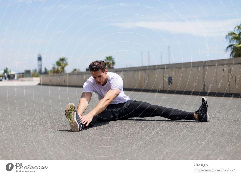 Muskulöser Mann, der sich im Freien ausdehnt. Lifestyle Körper Gesundheit Gesundheitswesen Erholung Sommer Sport Fitness Sport-Training Leichtathletik Mensch