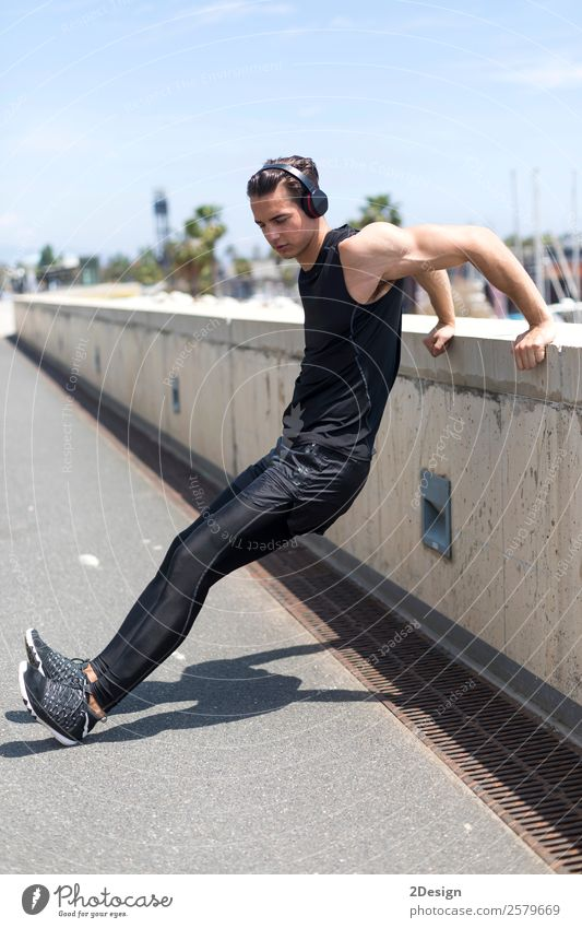 Muskulöser Mann, der sich im Freien ausdehnt. Lifestyle Körper Erholung Sommer Sport Mensch maskulin Junger Mann Jugendliche Erwachsene 1 18-30 Jahre Fitness
