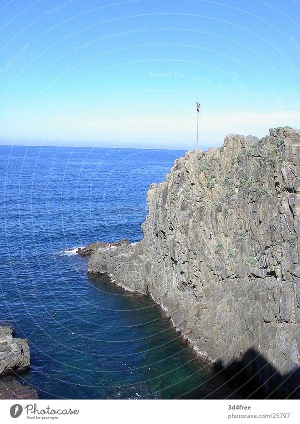 Bella Italia Wasser Meer blau Ferien & Urlaub & Reisen Ferne Freiheit grau Stein Küste Felsen hoch Italien tief Klippe steil