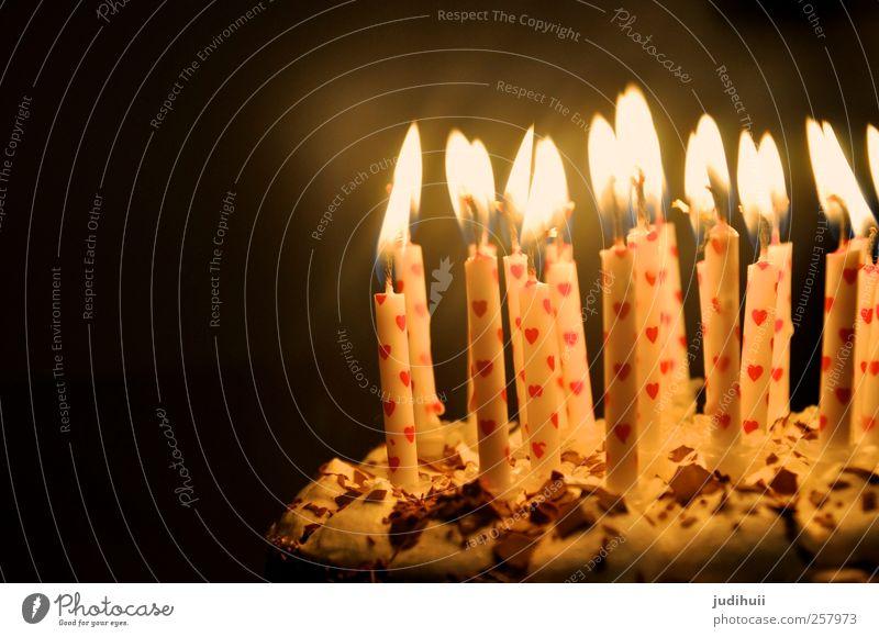 Geburtstagskuchen II Kuchen Dessert Torte Feste & Feiern Kerze Herz Flamme Fröhlichkeit hell rot schwarz weiß süß herzlich Beleuchtung dunkel Farbfoto