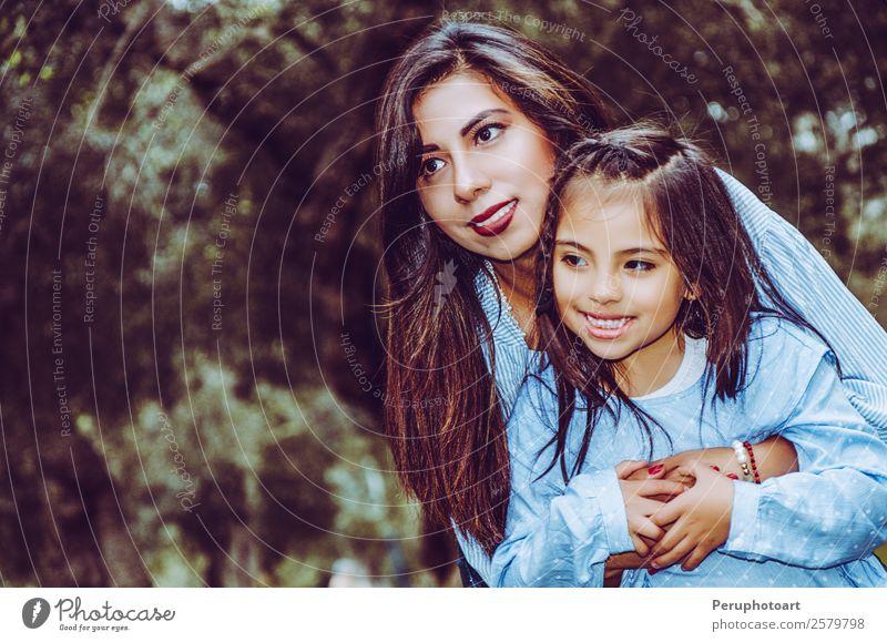 Mutter trägt ihre süße und lächelnde Tochter im Park. Mensch feminin Kind Baby Mädchen Junge Frau Jugendliche Erwachsene Eltern Familie & Verwandtschaft