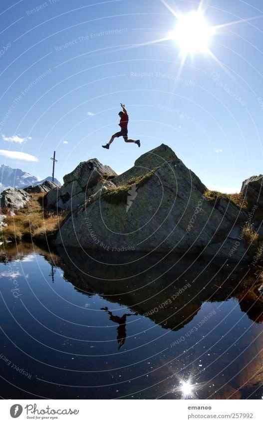 Gipfelsprung Mensch Mann Natur Jugendliche Wasser Ferien & Urlaub & Reisen Sommer Freude Erwachsene Berge u. Gebirge Freiheit springen Stil Kraft Freizeit & Hobby Felsen