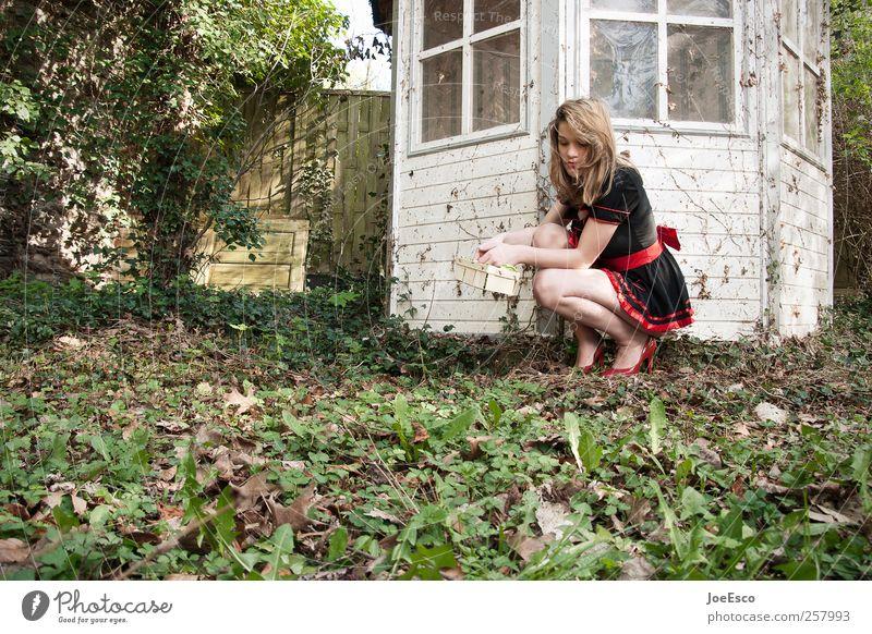 #257993 Stil Freizeit & Hobby Spielen Garten Frau Erwachsene Leben Natur Baum Sträucher Kleid brünett langhaarig beobachten Erholung sitzen träumen trendy