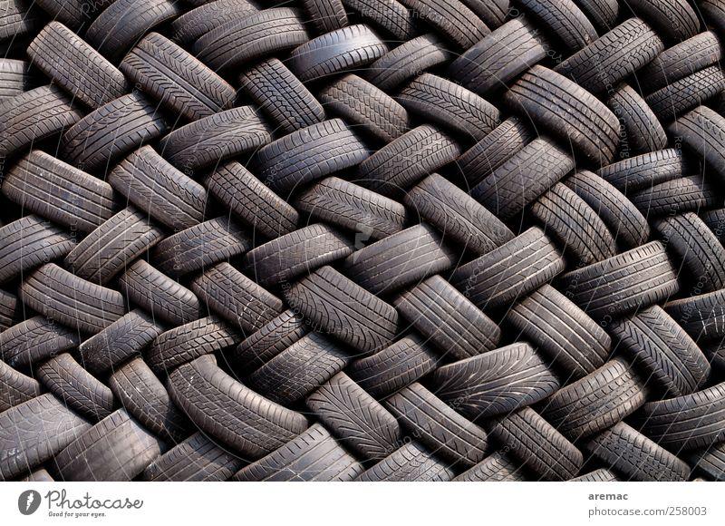 Gummitwist Autofahren Fahrzeug PKW trashig schwarz Ordnungsliebe Autoreifen Reifen Farbfoto Außenaufnahme Detailaufnahme abstrakt Muster Strukturen & Formen