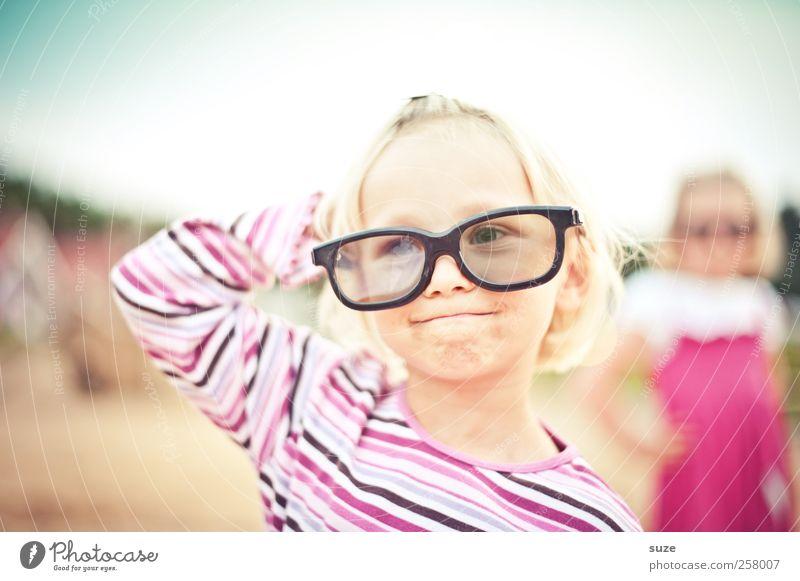 Fashion! Mensch Kind Mädchen Gesicht feminin Spielen Haare & Frisuren Kopf lustig Mode Kindheit Freizeit & Hobby Bekleidung Coolness Brille T-Shirt