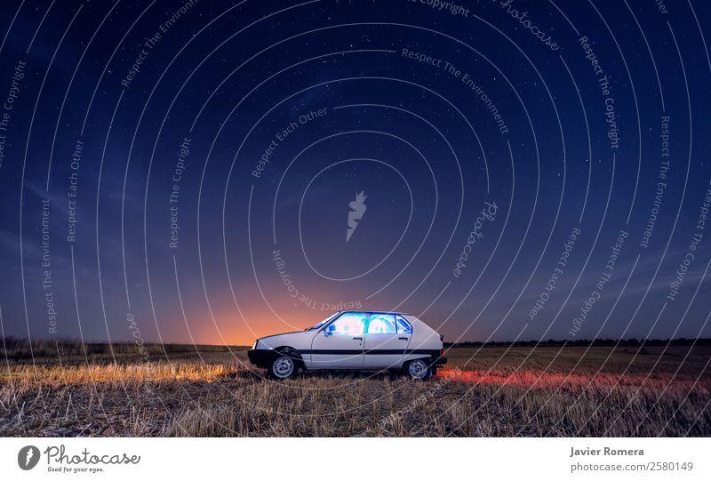 Ein klassisches Nachtauto. Ferien & Urlaub & Reisen Umwelt Natur Landschaft Himmel Nachthimmel Horizont Verkehr PKW Oldtimer alt Ferne einzigartig retro blau