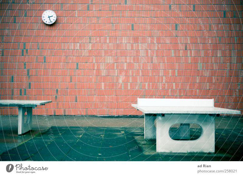 playground Sport Tischtennis Schulhof Uhr Menschenleer Platz Gebäude Architektur Mauer Wand trist Traurigkeit Farbfoto Textfreiraum oben Totale
