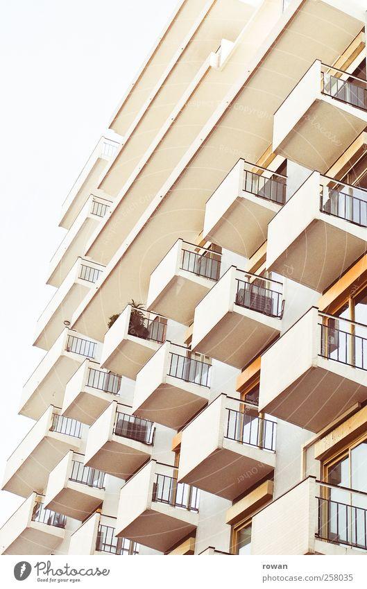 Fassade 1 Haus Hochhaus Bauwerk Gebäude Architektur Mauer Wand Balkon Terrasse einzigartig Häusliches Leben gelb Farbfoto Außenaufnahme Menschenleer