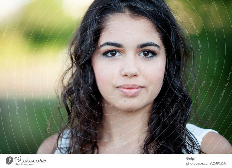 Schönes brünettes Mädchen Lifestyle Freude Glück schön Gesicht Freizeit & Hobby Sommer Mensch Frau Erwachsene Kindheit Jugendliche Zähne Natur Gras Park Lächeln