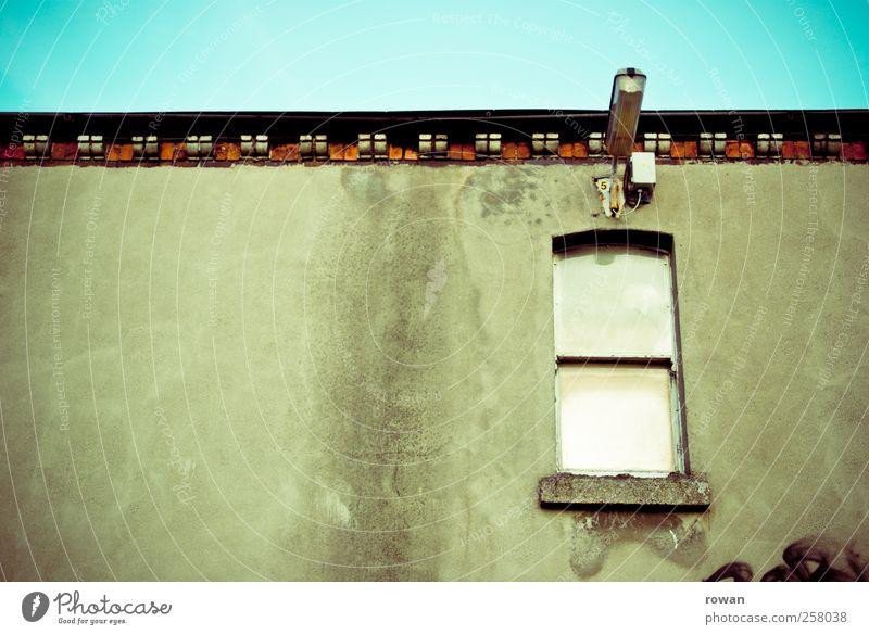 Fassade 4 alt Stadt Haus dunkel Fenster Wand Architektur Gebäude Mauer Lampe dreckig geschlossen kaputt trist