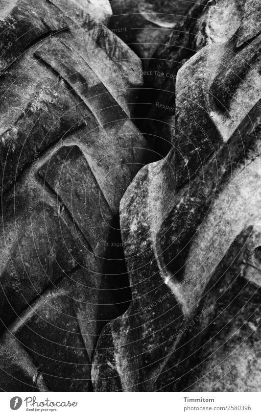 Profil Reifen Reifenprofil dunkel grau schwarz Gefühle ausgesondert alt Abnutzung Nutzfahrzeug Schwarzweißfoto Außenaufnahme Menschenleer Tag