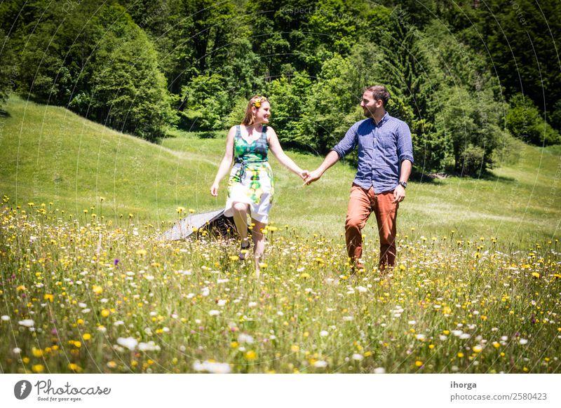 glückliche Liebhaber im Urlaub in den Alpenbergen Lifestyle schön Leben Erholung Ferien & Urlaub & Reisen Abenteuer Sommer Berge u. Gebirge Mensch Frau