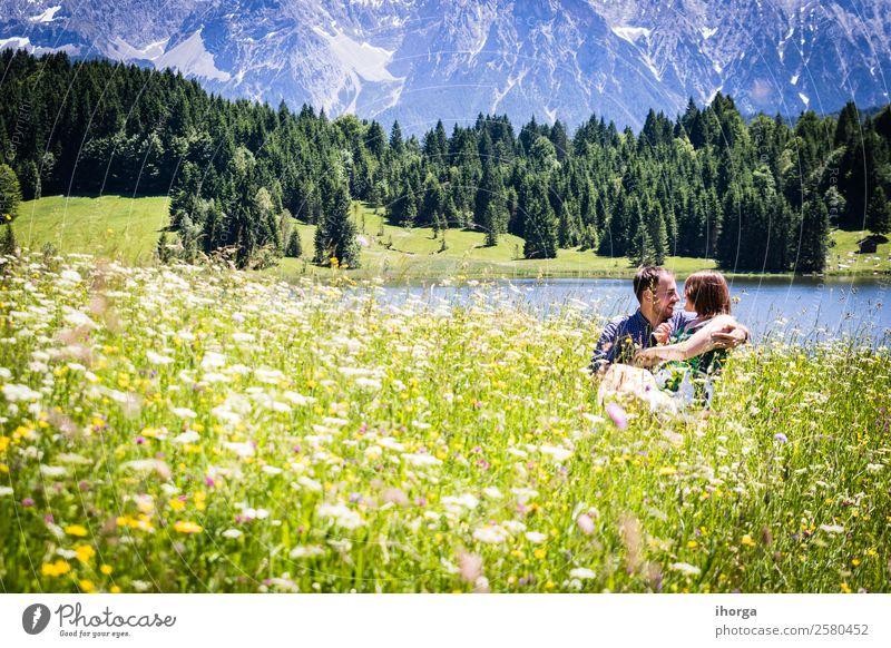glückliche Liebhaber im Urlaub in den Alpenbergen Abenteuer Hintergrund schön heiter Landschaft Paar Europa Frau Feld Blume Wald Mädchen grün Hände Fröhlichkeit