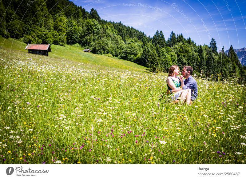 glückliche Liebhaber im Urlaub in den Alpenbergen Lifestyle schön Leben Erholung Ferien & Urlaub & Reisen Abenteuer Sommer Berge u. Gebirge Frau Erwachsene Mann