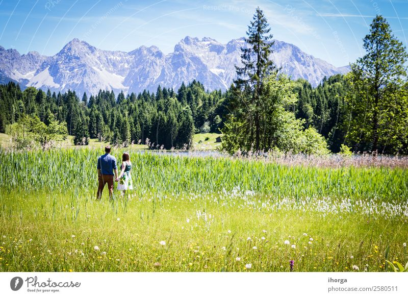 glückliche Liebhaber im Urlaub in den Alpenbergen Lifestyle Glück schön Leben Erholung Ferien & Urlaub & Reisen Abenteuer Sommer Berge u. Gebirge Frau