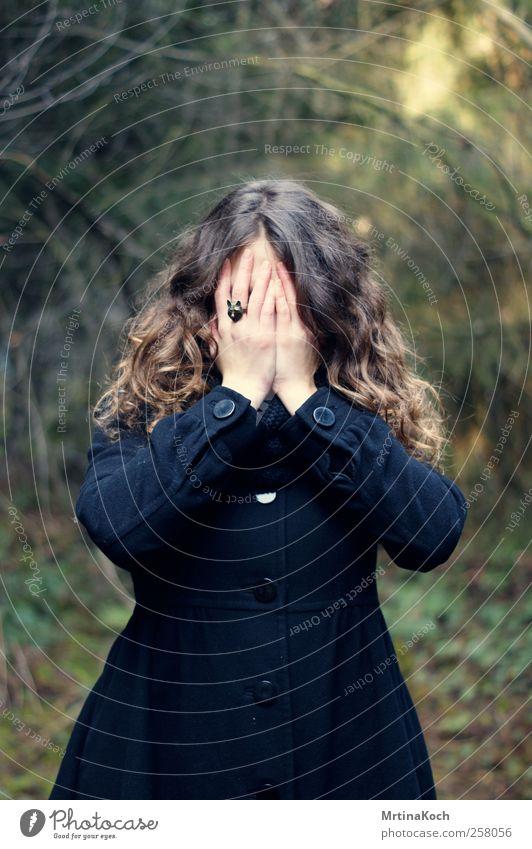 hiding with the wolves. Mensch feminin Erwachsene Hand 1 18-30 Jahre Jugendliche Verschwiegenheit schön Traurigkeit Sorge Müdigkeit verstecken verdecken