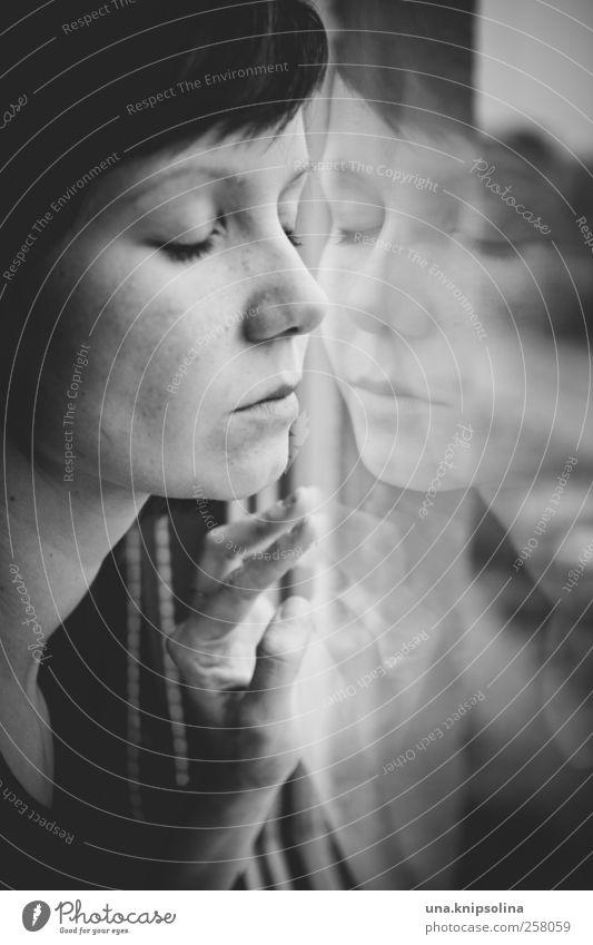 festhalten feminin Junge Frau Jugendliche Erwachsene 1 Mensch 18-30 Jahre Fenster brünett Pony Glas berühren Liebe träumen warten nah natürlich schön Gefühle
