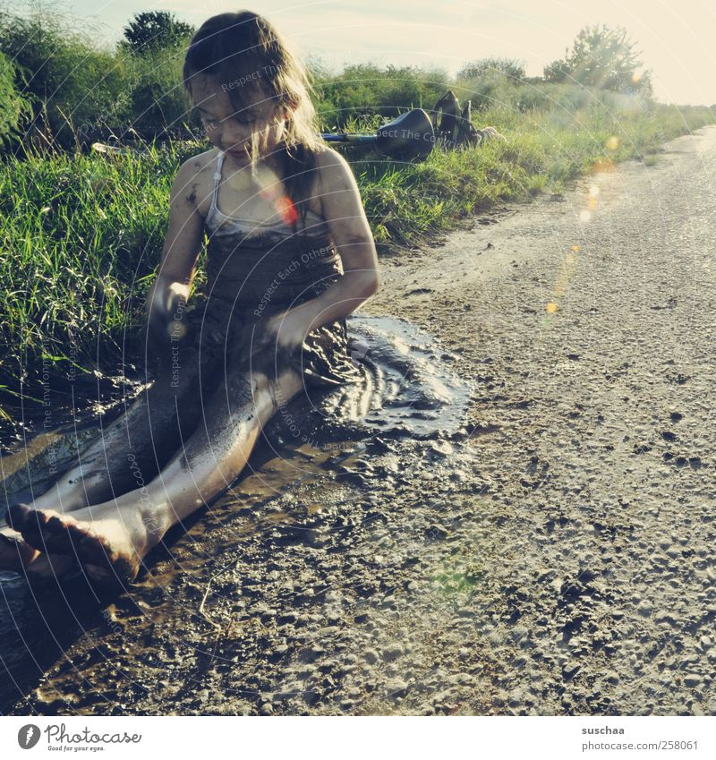 fein matschepampe Mensch Kind Natur Mädchen Sommer Freude Umwelt Leben Landschaft Gras Glück Beine Fuß Kindheit Körper Feld