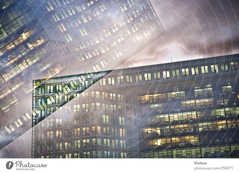 Zwischenwelt Haus Hochhaus Gebäude Architektur Fassade dunkel Bürogebäude Doppelbelichtung Fenster Beleuchtung Außenaufnahme Experiment Menschenleer Dämmerung