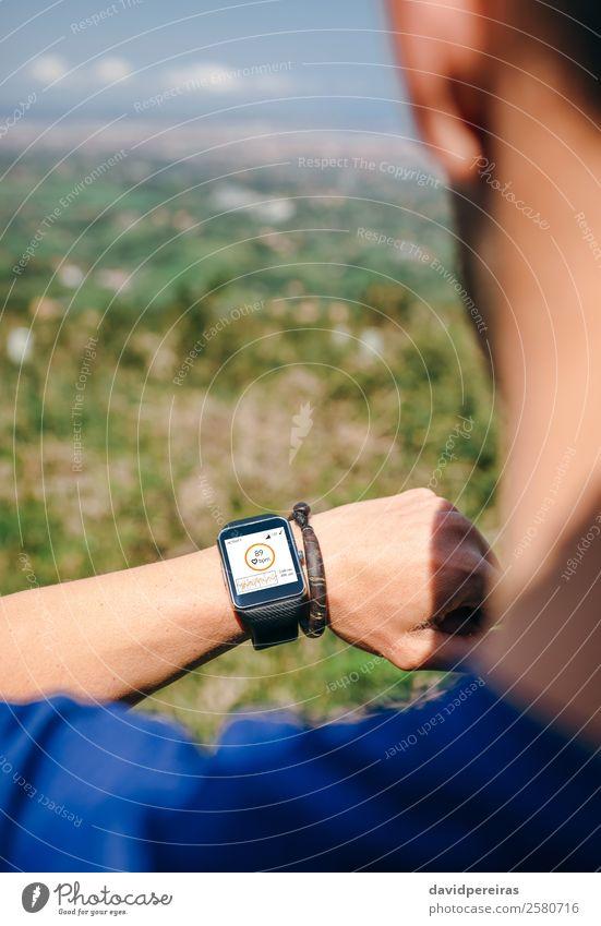 Sportler, der eine smartwatch sucht. Lifestyle Joggen Bildschirm Technik & Technologie Mensch Mann Erwachsene Hand Natur Park Wege & Pfade Herz beobachten