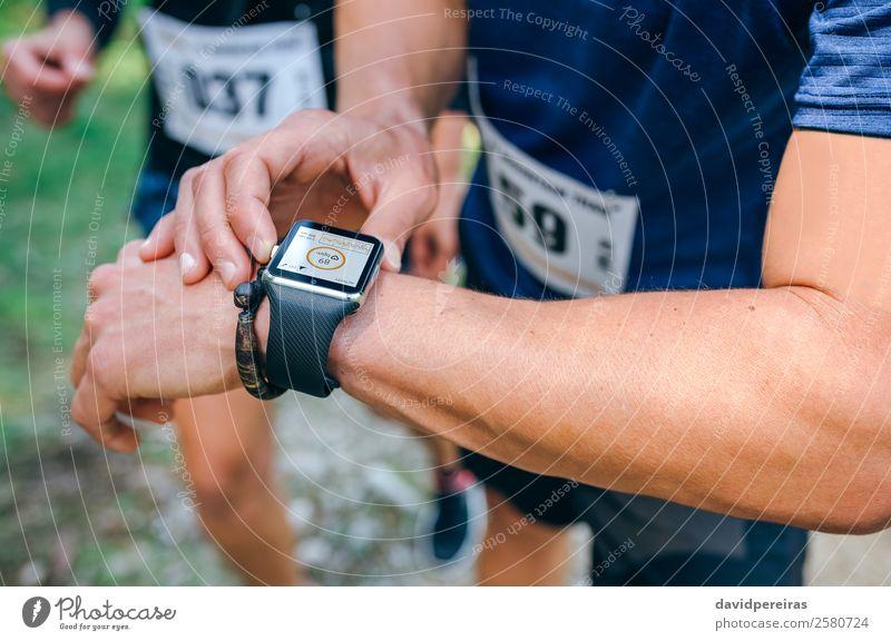 Sportler, der eine smartwatch sucht. Lifestyle Joggen Bildschirm Technik & Technologie Mensch Mann Erwachsene Arme Hand Natur Wege & Pfade Herz beobachten