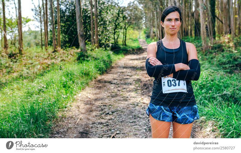Frau Mensch Natur schön Baum Wald Lifestyle Erwachsene Wege & Pfade Sport Textfreiraum Aktion authentisch Fußweg Körperhaltung selbstbewußt