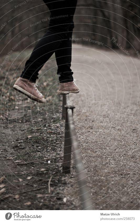 Hälst du die Balance? Jugendliche Mädchen Spielen Sand Stil Beine Fuß Schuhe gehen elegant Lifestyle Stoff Junge Frau Jeanshose Hose Turnschuh