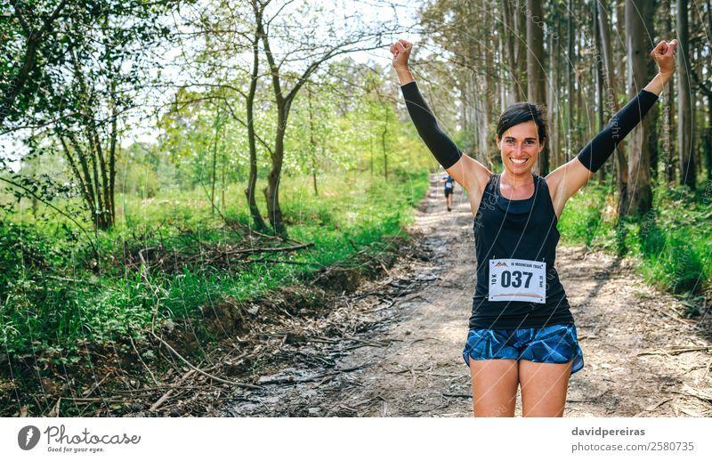 Frau Mensch Natur Baum Wald Lifestyle Erwachsene Wege & Pfade Sport Glück Feste & Feiern Textfreiraum Lächeln Aktion Erfolg Fitness