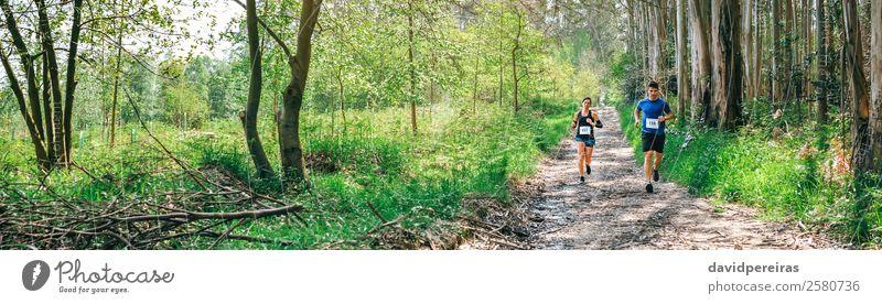 Frau Mensch Natur Mann Landschaft Baum Wald Berge u. Gebirge Erwachsene Wege & Pfade Sport Paar Textfreiraum authentisch Geschwindigkeit Energie