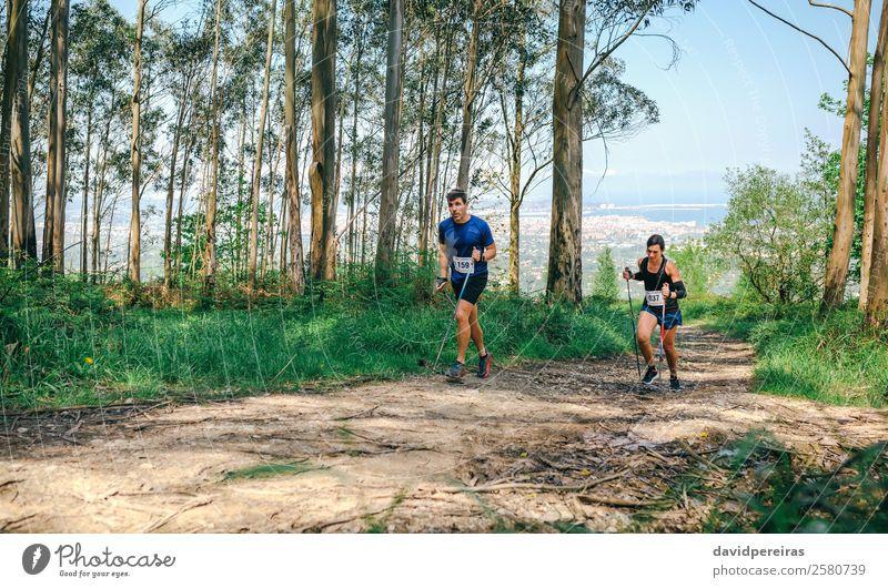 Frau Mensch Natur Mann Baum Wald Berge u. Gebirge Lifestyle Erwachsene Wege & Pfade Sport Paar Textfreiraum authentisch Abenteuer Geschwindigkeit