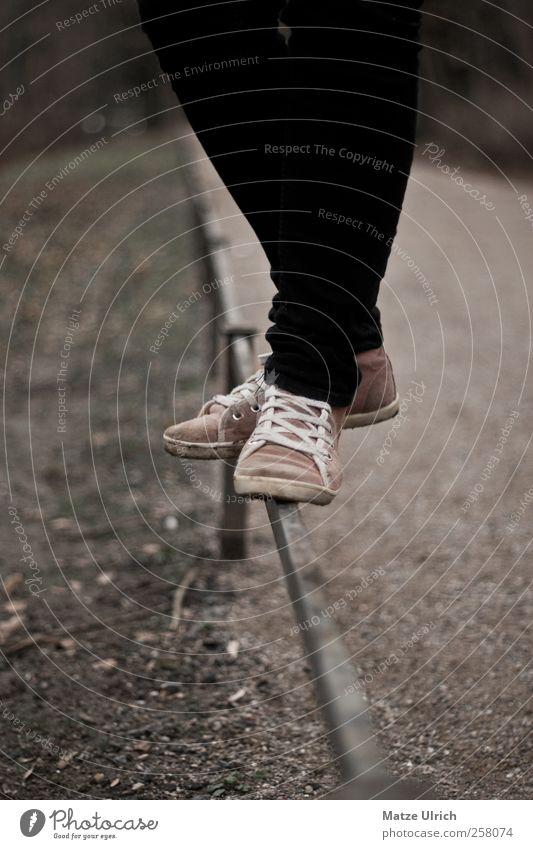Let's chill on this fence Natur Jugendliche Mädchen Umwelt Herbst Spielen Sand Beine Fuß Park Schuhe elegant Lifestyle Stoff Junge Frau Jeanshose