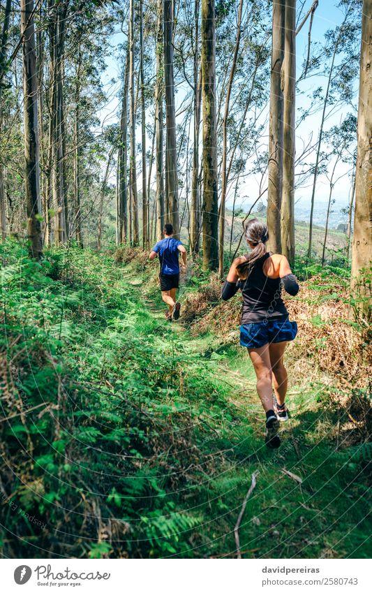 Junge Frau und Mann auf Spurensuche Lifestyle Abenteuer Berge u. Gebirge Sport Mensch Erwachsene Paar Natur Baum Wald Wege & Pfade Fitness authentisch