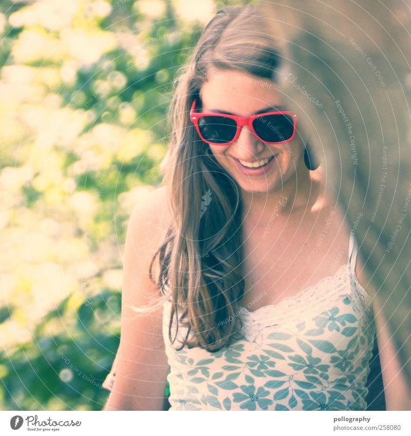 walking on sunshine Frau Mensch Natur Jugendliche Pflanze Sommer Freude Blatt Erwachsene Wald feminin Leben Gefühle Glück Garten lachen