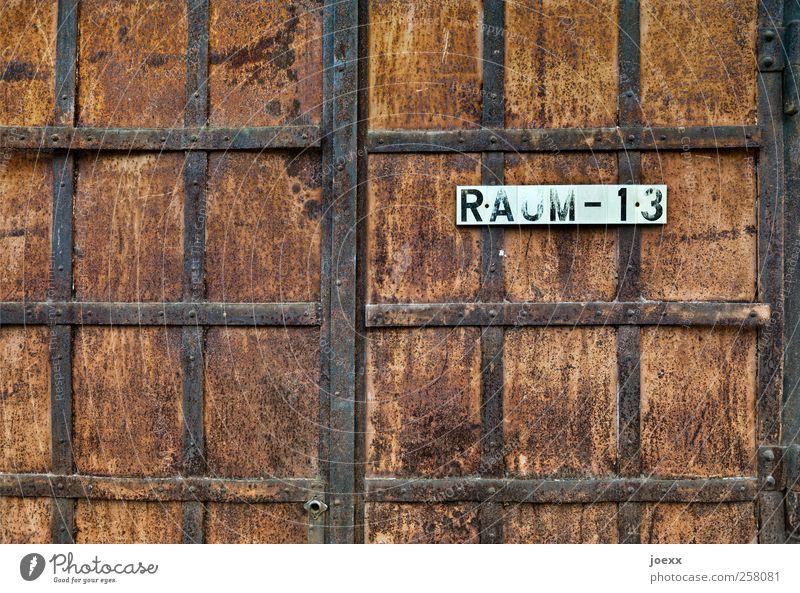 Raum – 13 Tor Tür Stahl Rost Schriftzeichen Ziffern & Zahlen alt historisch retro braun schwarz weiß geheimnisvoll Verfall Eisenbeschlag Eisentor Raum 13