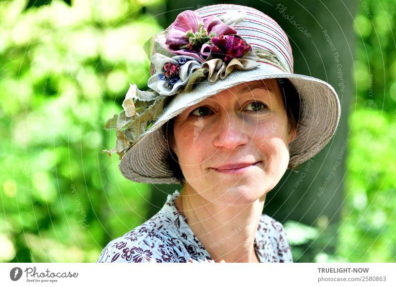 Frau mit romantischem Hut bei schönem Wetter in der Natur Mensch Einsamkeit Freude Gesicht Auge Lifestyle Erwachsene feminin Stil Mode Kopf Zufriedenheit