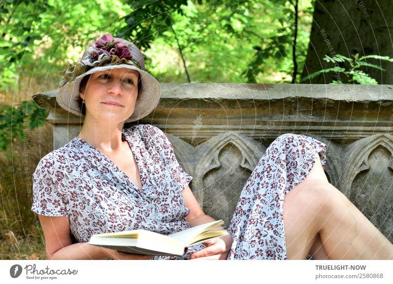 Frau mit Buch und Hut auf historischer Steinbank Lifestyle elegant Stil Freude schön harmonisch Wohlgefühl Zufriedenheit Erholung ruhig Freizeit & Hobby lesen