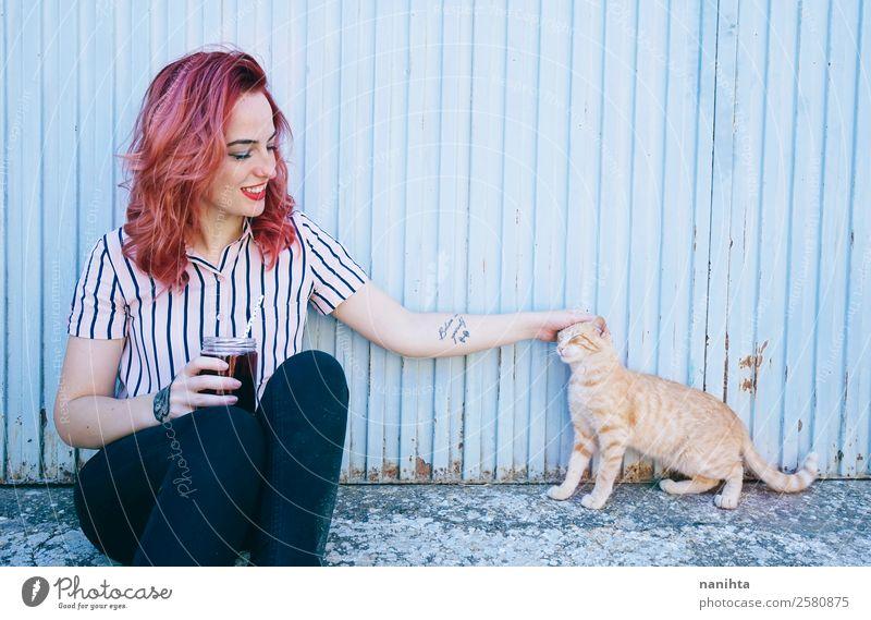Junge Frau mit ihrer Katze trinken Lifestyle Stil Freude schön Wellness harmonisch Mensch feminin Jugendliche Erwachsene Freundschaft 1 18-30 Jahre Tattoo