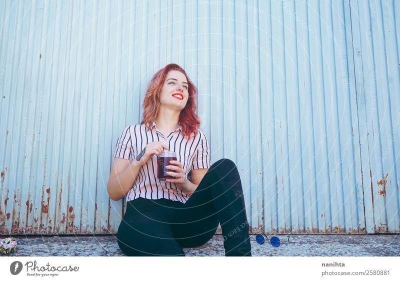 Junge glückliche Frau an einer blauen Wand Getränk Erfrischungsgetränk Tee Lifestyle Freude Wellness Wohlgefühl Freizeit & Hobby Mensch feminin Junge Frau