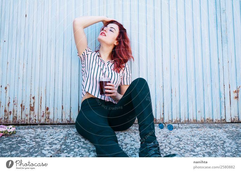 Junge sexy Frau, die ein kaltes Getränk trinkt. trinken Erfrischungsgetränk Tee Lifestyle elegant Stil schön Haare & Frisuren Wellness harmonisch Wohlgefühl