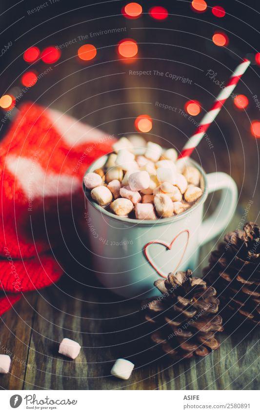 Weihnachtliche heiße Schokolade mit Socken und Pinienzapfen Frühstück Getränk Kakao Winter Wärme Holz Herz lecker rot Tradition Weihnachten Marshmallows Becher