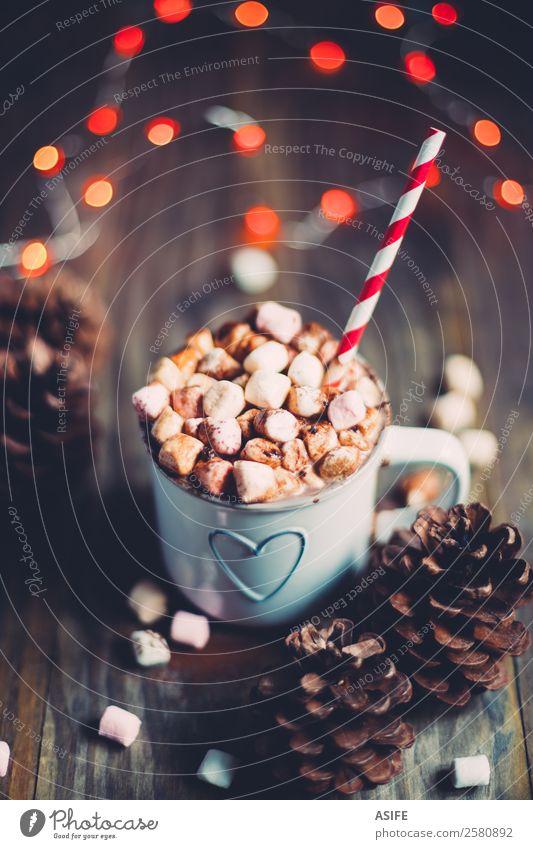 Weihnachtliche heiße Schokolade Frühstück Getränk Kakao Winter Holz Herz lecker rot Tradition Weihnachten Marshmallows Becher Kiefernzapfen Festbeleuchtung