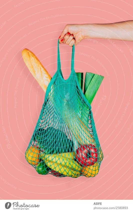 Umweltfreundliche Einkaufstasche Gemüse Frucht Brot Vegetarische Ernährung kaufen Frau Erwachsene Arme Hand Pflanze Mode Tasche frisch trendy retro grün rosa