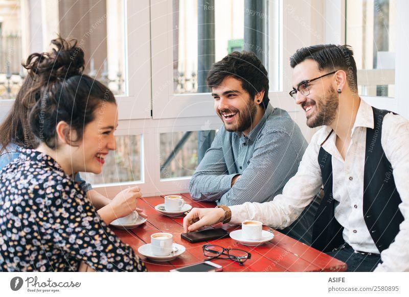 Gruppe von Freunden, die Spaß haben Kaffee Freude Tisch sprechen Frau Erwachsene Mann Freundschaft Menschengruppe Mode Vollbart Lächeln lachen sitzen
