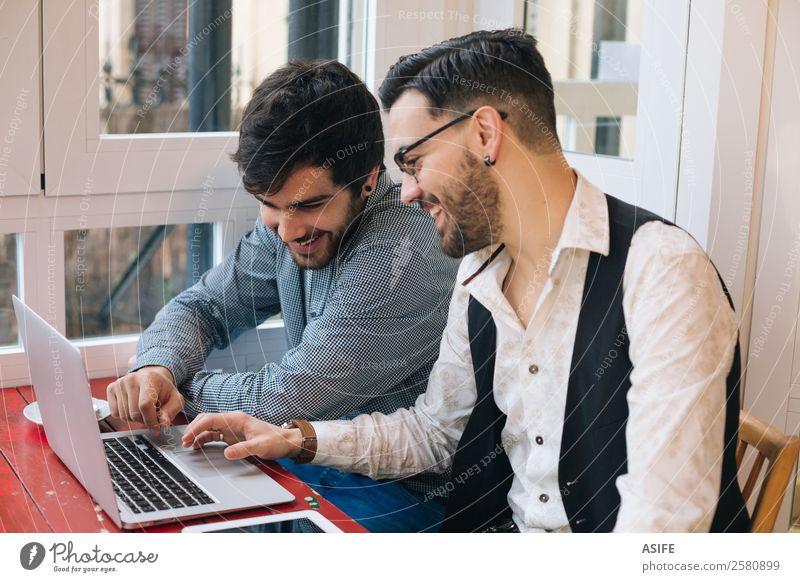 Männliche Freunde, die einen Laptop benutzen Kaffee Freude Glück lernen Arbeit & Erwerbstätigkeit Business Sitzung Computer Notebook Bildschirm