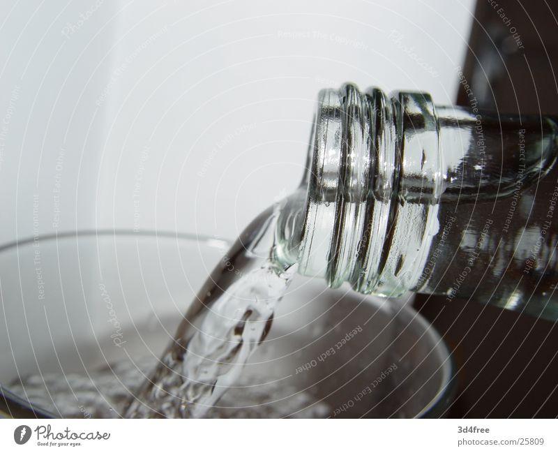 Waiter, bring me Water! Mineralwasser Kohlensäure sprudelnd Alkohol füllen Wasser Flasche Glas