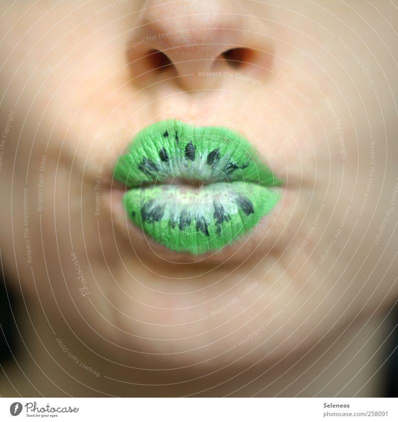 jetzt mit Geschmack Lebensmittel Frucht Kiwi Ernährung Gesicht Schminke Lippenstift Mensch Nase Mund 1 Pflanze Küssen nah Farbfoto Tag Schwache Tiefenschärfe