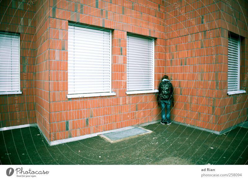 fremdschämen Mensch Jugendliche Einsamkeit kalt Fenster Architektur Gebäude Traurigkeit Rücken Fassade stehen Ecke trist Backstein Schmerz