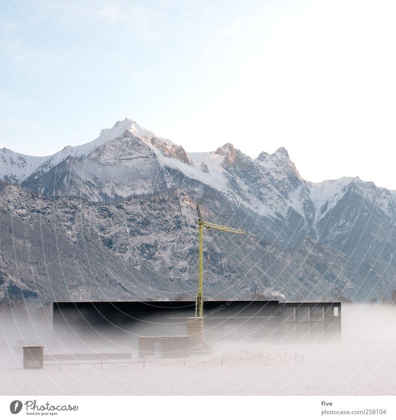 heimat Natur Landschaft Himmel Wolken Sonne Winter Schönes Wetter Nebel Eis Frost Schnee Wiese Feld Hügel Berge u. Gebirge Gipfel Bauwerk Gebäude kalt Kran