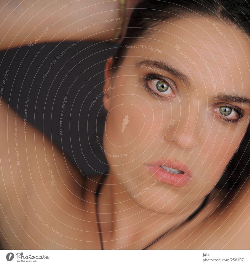 delicate Mensch feminin Frau Erwachsene 1 30-45 Jahre ästhetisch schön wild weich Farbfoto Innenaufnahme Hintergrund neutral Kunstlicht Porträt Blick